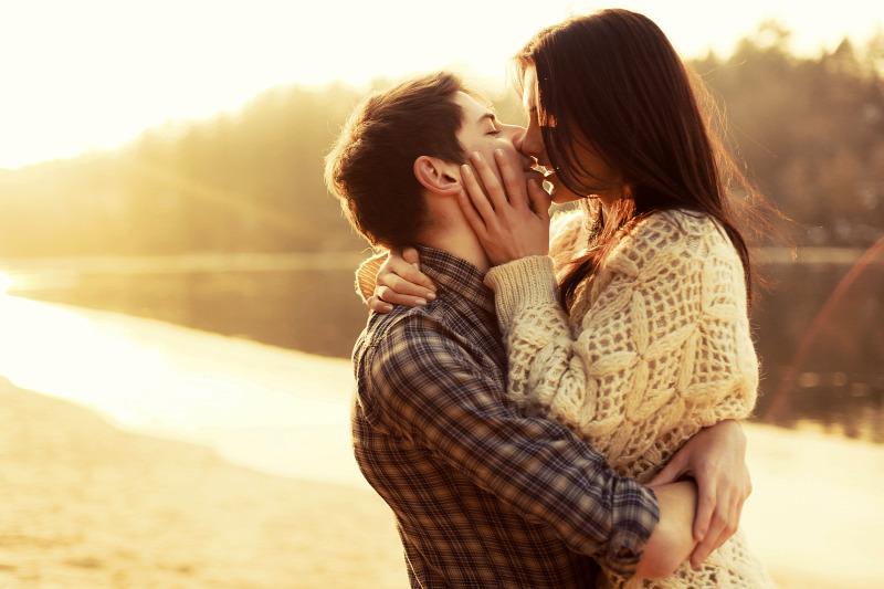egy srác erekciója csókkal