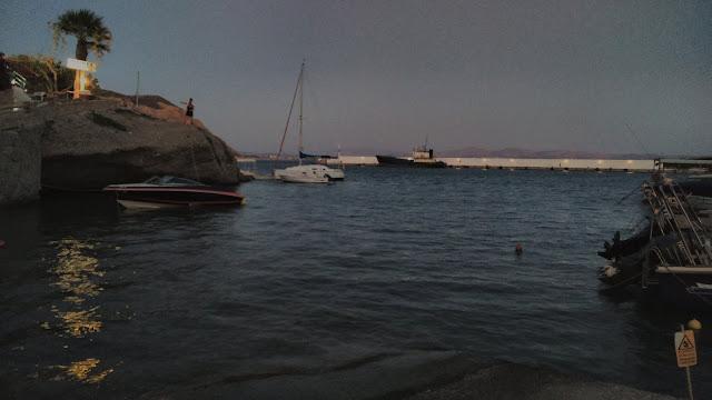 Pufók egy vad strandon)