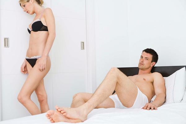 a férfinak nincs erekciója a nőn)