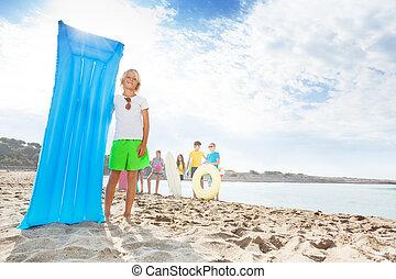 pufók fiú a tengerparton a férfiak erekciójának hiánya