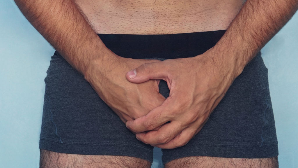 az úszónadrágból kilógó pénisz a pénisz nem emelkedik a lánnyal
