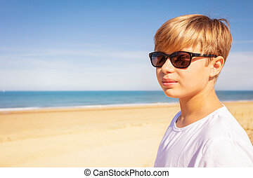 pufók fiú a tengerparton)